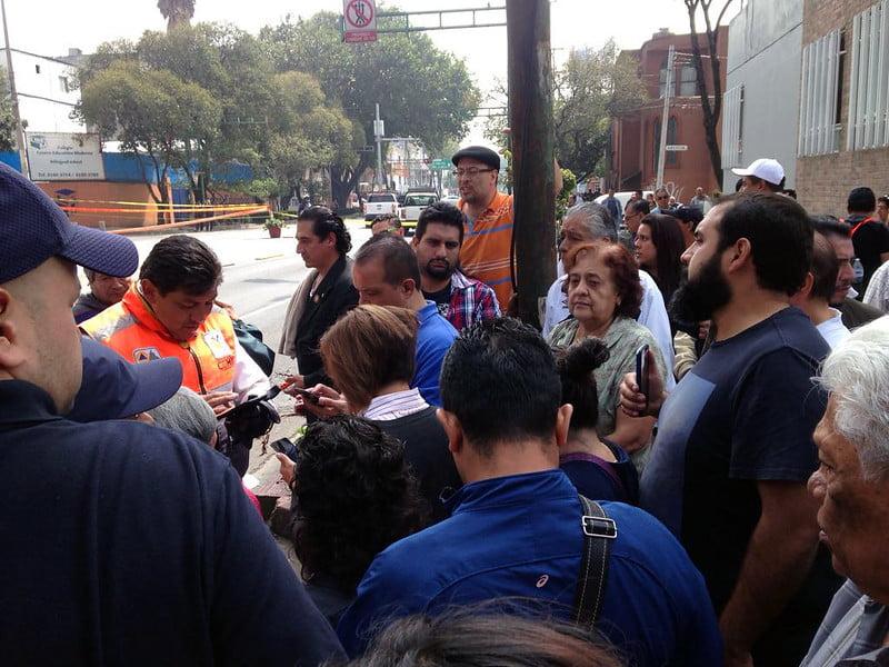 Vecinos de vivienda dañada en Av. Xola y Lázaro Cárdenas dialogando con protección civil